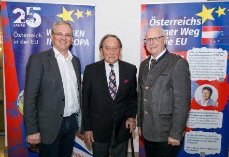 Landtagspräsident Harald Sonderegger, Alt-Landeshauptmann Martin Purtscher und Bezirkshauptmann Johannes Nöbl stehen vor den RollUps der EU-Ausstellung.