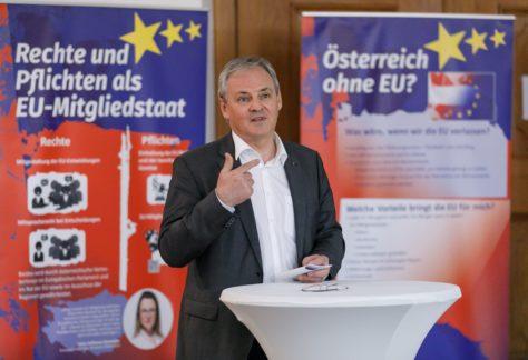 Landtagspräsident Harald Sonderegger eröffnet die EU-Ausstellung.