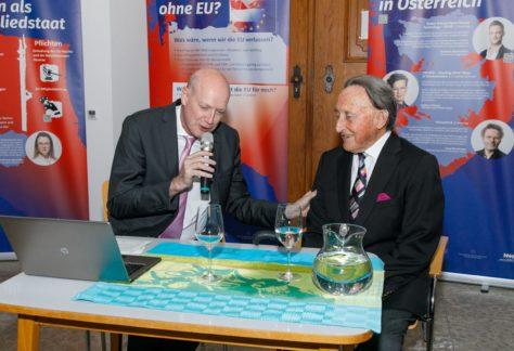Alt-Landeshauptmann Martin Purtscher und Ulrich Nachbaur im Gespräch bei der EU-Ausstellung.
