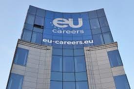 """EU-Gebäude mit Aufschrift """"eu-careers.eu"""""""
