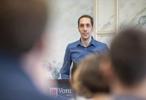 Florian Bassa steht am Rednerpult.