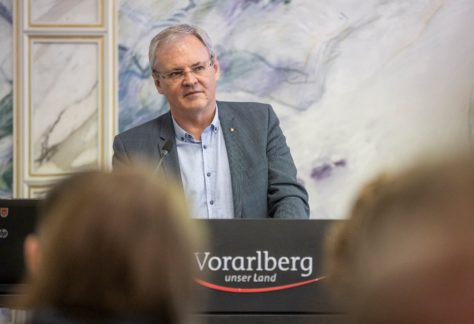 Landtagspräsident Harald Sonderegger hält eine Rede.