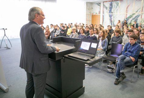 Landtagspräsident Harald Sonderegger hält eine Rede vor den Schülerinnen und Schülern.