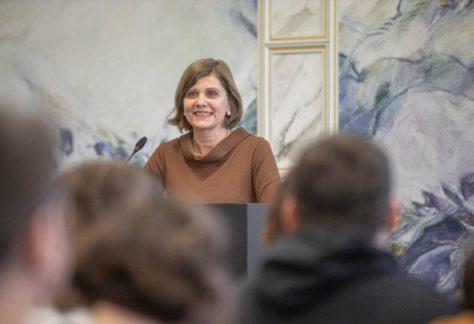 Die Landesstatthalterin Barbara Schöbi-Fink hält eine Rede.