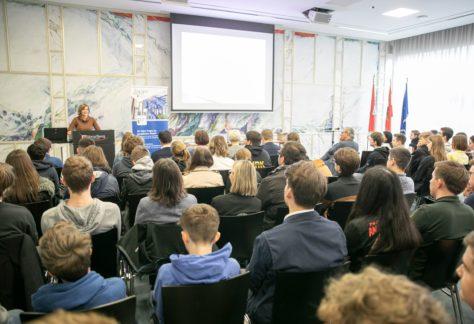 Die Landesstatthalterin Barbara Schöbi-Fink hält vor den Schülerinnen und Schülern eine Rede.