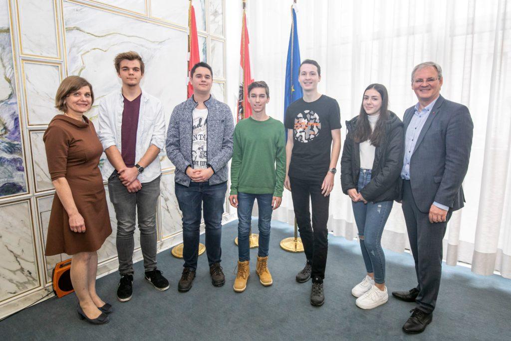 Landtagspräsident Harald Sonderegger und Landesstatthalterin Barbara Schöbi-Fink gratulieren den fünf Landessiegern des EuropaQuiz.