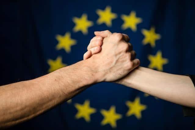 Europafahne und Händedruck