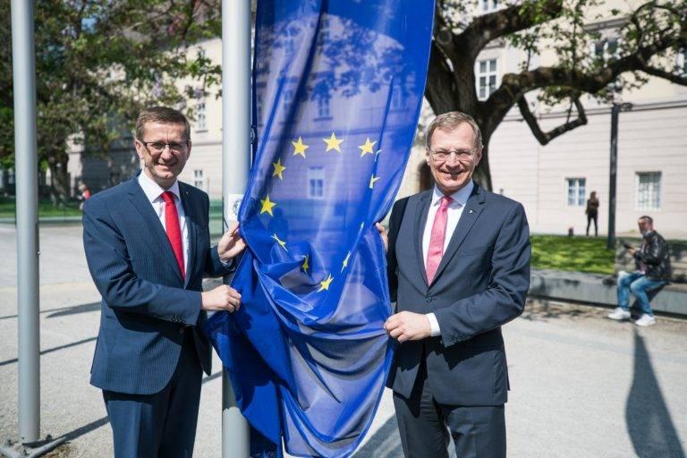 Wirtschafts- und Europa-Landesrat Markus Achleitner und Landeshauptmann Mag. Thomas Stelzer beim Hissen der Europafahne vor dem Linzer Landhaus.