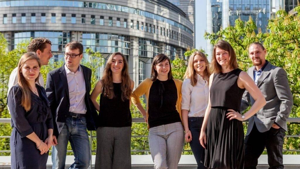Gruppe junger Menschen in Brüssel