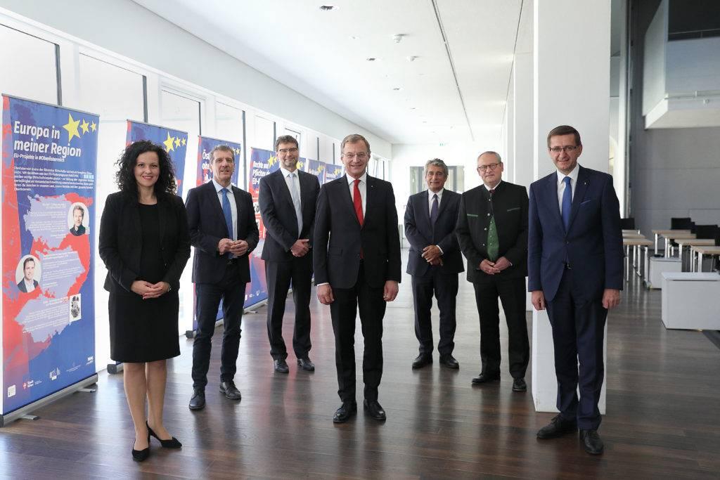 oö Politiker vor der Wanderausstellung 25 Jahre Österreich in der EU - Wachsen in Europa