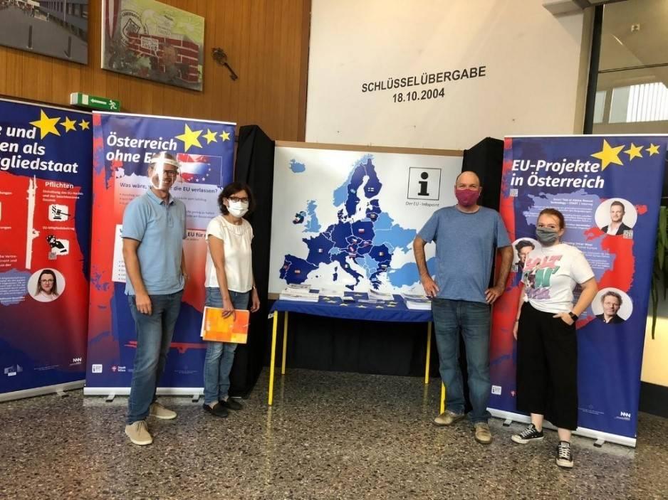 Lehrergruppe vor EU-Ausstellung