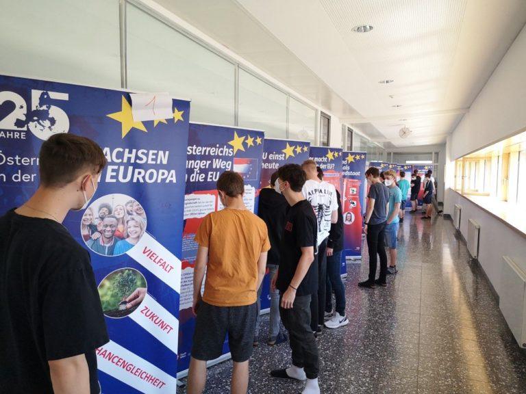 """Einsatz der Wanderausstellung """"25 Jahre Österreich in der EU – Wachsen in Europa"""" an der HTL Perg"""